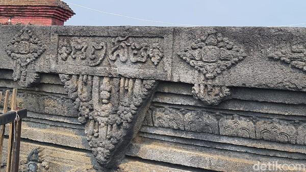 Ukiran angka tahun menggunakan Aksara Jawa Kuno pada permukaan sisi barat batu yoni. Yaitu tertulis angka 1294 saka atau 1372 masehi. Angka tahun ini menjadi dasar para arkeolog membuat hipotesis Candi Tribhuwana Tunggadewi dibangun pada masa pemerintahan Raja Hayam Wuruk tahun 1350-1389 masehi. Hayam Wuruk membangun candi untuk tempat pemujaan terhadap ibunya, Ratu Tribhuwana Tunggadewi. Tribhuwana tercatat sebagai raja perempuan (ratu) pertama dalam sejarah Majapahit. Ia merupakan raja ketiga yang memerintah tahun 1328-1350 masehi, putri pasangan Raden Wijaya dan Gayatri.