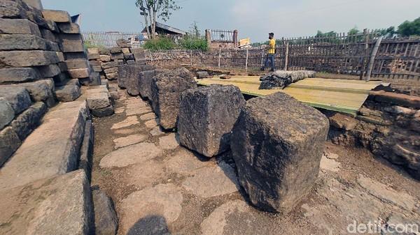 Ditemukan 14 batu umpak di Situs Bhre Kahuripan dan sekitarnya. Pada zaman Majapahit, batu ini berfungsi sebagai pijakan tiang bangun. Selain umpak, tim ekskavasi BPCB Jatim juga menemukan banyak pecahan genting dan ukel atau hiasan atap bangunan.