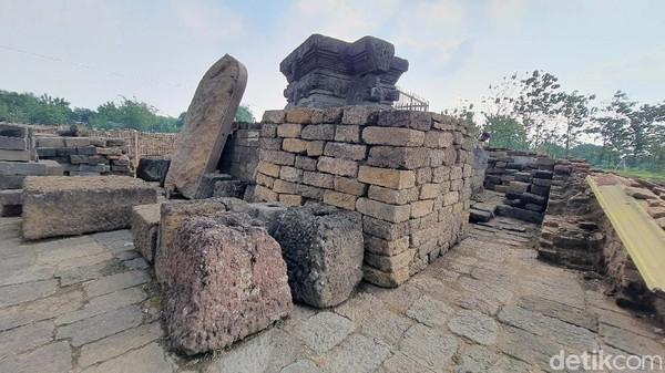 Temuan-temuan ini menjadi dasar para ahli menduga Candi Tribhuwana Tunggadewi mempunyai bangunan pelindung di atasnya pada masa lalu. Bangunan tersebut terbuat dari kayu dengan atap genting.