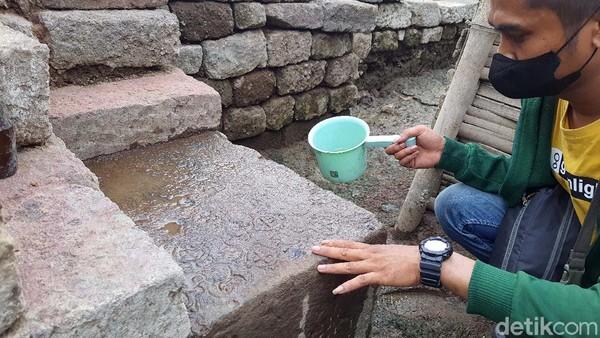 Tim Ekskavasi dari BPCB Jatim juga menemukan 7 dari 8 batu astadikpalaka. Batu berelief ini terdapat pada kaki Candi Tribhuwana Tunggadewi dan dipasang sesuai 8 arah mata angin. Masing-masing batu berukir lambang 8 dewa penjaga arah mata angin sesuai kepercayaan dalam Agama Hindu. Temuan batu astadikpalaka membuktikan Situs Bhre Kahuripan merupakan bangunan suci pada zaman Majapahit. Hanya saja batu kedelapan yang diduga di kaki candi sisi barat sampai saat ini belum ditemukan.