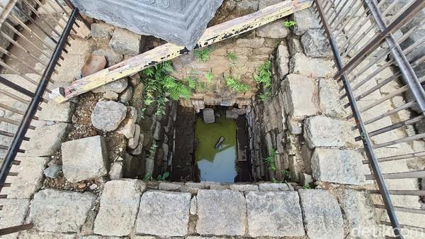 Tepat di bawah batu yoni pada puncak Candi Tribhuwana Tunggadewi terdapat sumur kotak berukuran 250x250 cm. Kedalaman sumur yang sudah diekskavasi mencapai 3,9 meter. Arkeolog BPCB Jatim Pahadi menyebut sumur ini bagian paling sakral sebuah candi karena tempat menyimpan peripih. Yaitu wadah untuk barang-barang berharga milik raja atau ratu Majapahit yang biasa dipakai semasa hidupnya. Lazimnya peripih berisi perhiasan emas dan logam mulia. Peripih berisi harta karun di Situs Bhre Kahuripan ini diduga kuat sudah hilang karena dicuri.