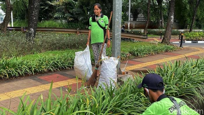 Murni (26) adalah petugas dari Dinas Kehutanan, yang selalu membersihkan tanaman hias yang berada di kolong Jembatan Taman Ria, Senayan, Jakarta. Ia pun tetap gigih bekerja meski tengah hamil 8 bulan.