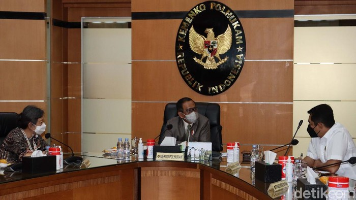 Menko Polhukam Mahfud MD menerima fungsionaris DPP Partai NasDem. Partai NasDem mengusulkan ulama Madura, Syaikhona Kholil, sebagai pahlawan nasional.