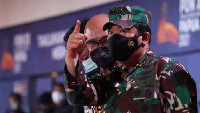 Panglima TNI Marsekal Hadi Tjahjanto meninjau Operasi Cartenz dalam rangka pengamanan PON ke-XX di Papua