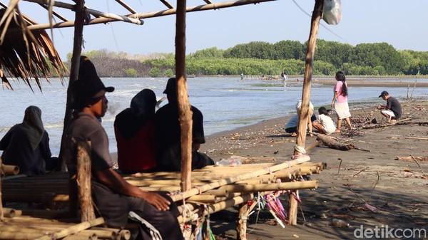 Kawasan Kecamatan Muara Gembong di pesisir Bekasi menjadi contoh nyata ancaman tenggelamnya pesisir Pulau Jawa. Namanya menambah panjang daftar terancam tenggelam bersama Muara Baru, Kaliadem, hingga Pekalongan (Randy/detikTravel)