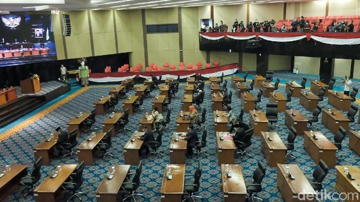 Rapat paripurna hak interpelasi Formula E kepada Gubernur DKI Jakarta Anies Baswedan tetap digas meski tidak kuorum. Rapat hanya dihadiri Fraksi PDIP dan PSI di DPRD DKI.