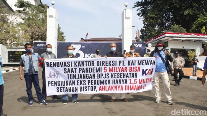 Pensiunan PT KAI gelar aksi demo tuntut tunjangan kesehatan, hari raya dan gaji ke-13 dibayarkan.