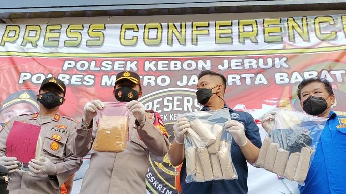 Polsek Kebon Jeruk menangkap pasutri edarkan puluhan kilogram ganja jaringan Lapas Lampung.