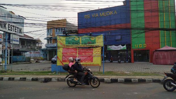 Proses pencabutan tiang sedang dikerjakan. Namun, ada kabel menjuntai di Jl WR Supratman, Ciputat Timur, Tangerang Selatan (Tangsel)