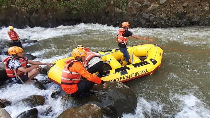 Proses pencarian pria odgj di Banjarnegara yang hanyut di Sungai Serayu