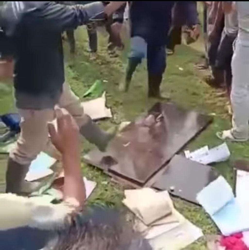 Sejumlah warga mengamuk di lokasi vaksinasi Corona yang digelar di PPI Ujong Serangga. Kejadian itu mengakibatkan nakes luka lebam hingga dosis vaksin rusak. (Screenshot video viral)