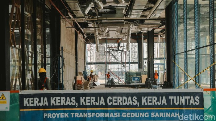 Proyek renovasi gedung Sarinah, Jakarta, terus dikebut.  Menteri BUMN Erick Thohir memastikan gedung Sarinah akan kembali dibuka pada Maret 2022.