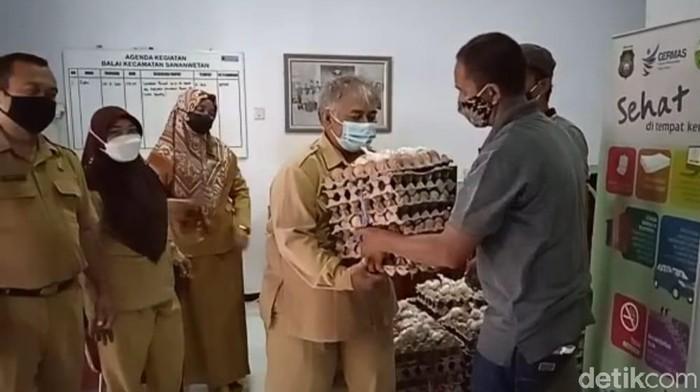 Suroto, peternak yang viral diundang Presiden Jokowi, tak ikut demo di depan Kantor Pemkab Blitar. Namun, telur ayam miliknya justru diborong pegawai Kecamatan Sananwetan dengan harga Rp 19 ribu per kg.