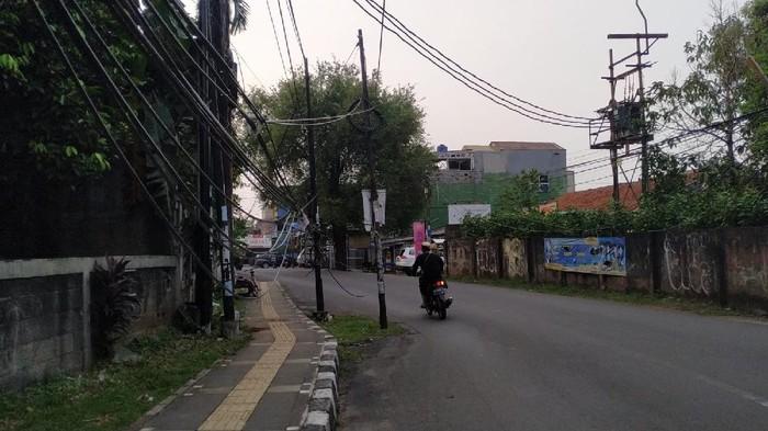 Tiang yang masih belum dicabut di Jl WR Supratman, Ciputat Timur, Ciputat Tangerang Selatan.