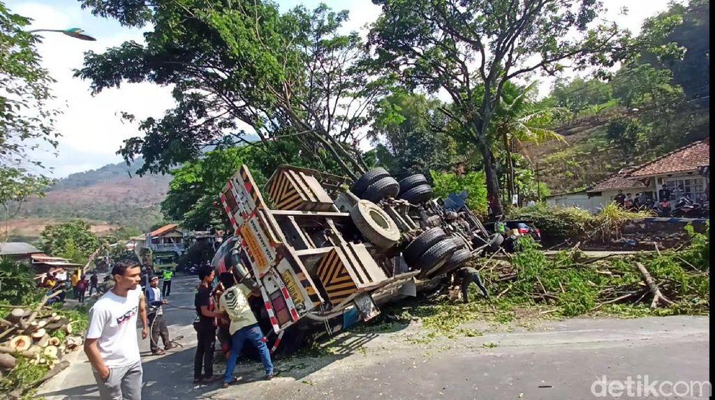 Detik-detik Evakuasi Sopir Terjepit Kabin Truk Terguling di Bandung