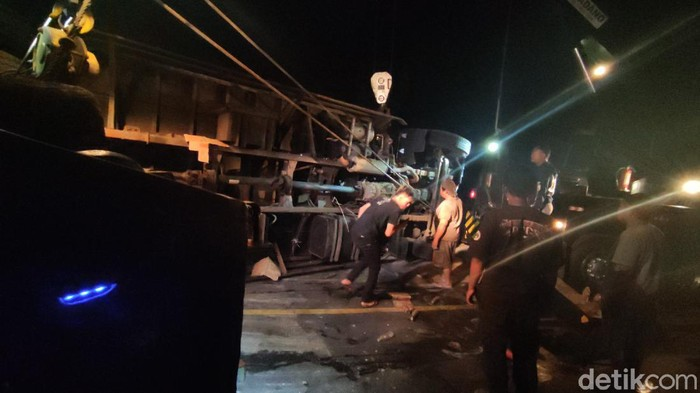 Truk Tabrak 6 Kendaraan di Cianjur