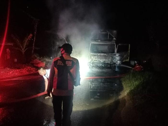 Truk tronton terbakar di jalur Pacitan-Ponorogo, Kecamatan Tegalombo. Tidak ada korban jiwa namun bagian kabin truk ludes dilalap api.