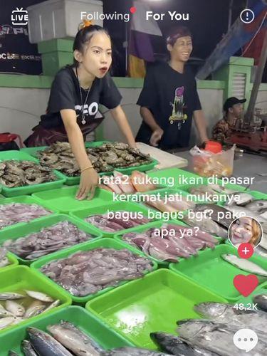 Viral penjual pasar ikan bikin salfok.