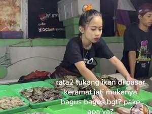 Penjual Ikan di Pasar Kramat Jati Ini Wajah Glowingnya Viral Bikin Salfok