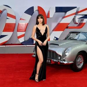 9 Potret Seksi Bond Girl Baru Ana de Armas di Premier No Time To Die