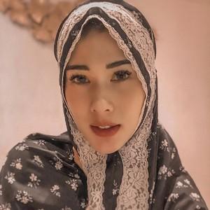 7 Gaya Hijab Stevie Agnecya, Eks Istri Samuel Rizal Cantik Bikin Pangling