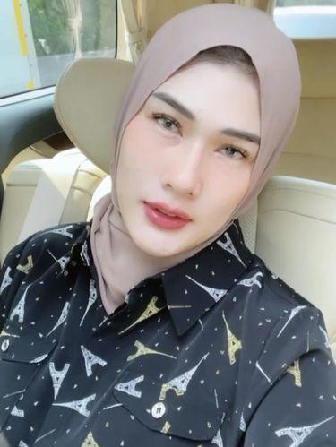 Foto Stevie Agnecya memakai hijab.