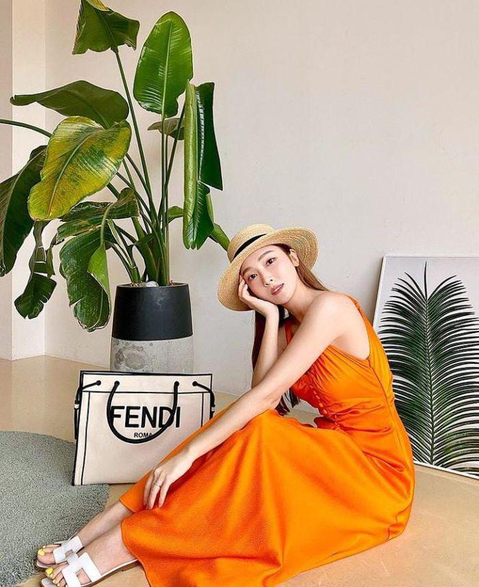 10 Pose Cantik Jessica Jung Saat Makan di Resto hingga Ngopi di Tengah Pulau