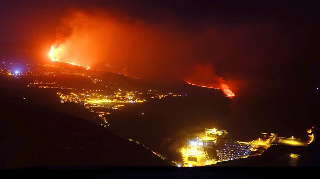 Penampakan Lava Gunung di La Palma ke Laut, Potensi Hasilkan Gas Beracun