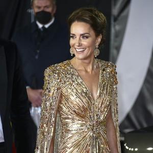 Kate Middleton Manglingi di Premier James Bond, Tampil Beda dengan Gaun Emas