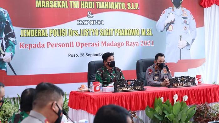 Panglima TNI Marsekal Hadi Tjahjanto bersama Kapolri Jenderal Listyo Sigit Prabowo memberikan pengarahan pada Satgas Madago Raya usai berhasil tembak Ali Kalora.