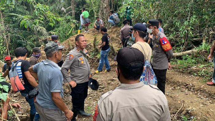 Konflik terkait pemasangan patok batas wilayah di perkebunan Bolingongot, Bolaang Mongondow (Bolmong), Sulawesi Utara (Sulut), mengakibatkan satu warga meninggal dunia dan empat orang lainnya mengalami luka-luka. Polisi mengusut kejadian yang menelan korban jiwa ini.