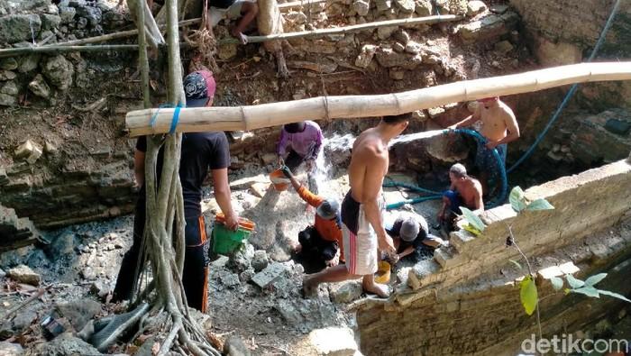 Ada Sendang Brumbun di Lamongan. Setiap tahun, digelar tradisi Keduk Brumbun di sendang tersebut.