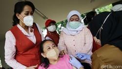Program vaksinasi COVID-19 terus dikebut untuk menciptakan herd immunity. Salah satu lokasi vaksinasi kali ini berada di RPTRA Amir Hamzah, Jakarta.