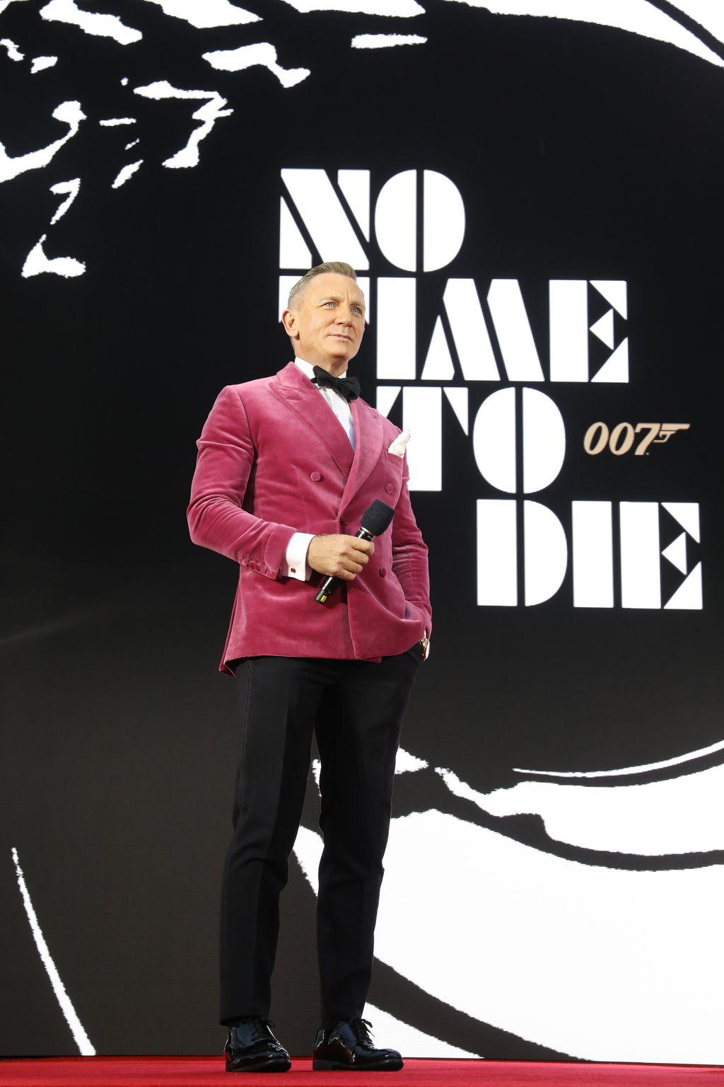 LONDON, ENGLAND - SEPTEMBER 28: Daniel Craig attends the World Premiere of