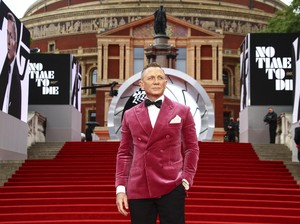 Pakai Jas Pink, Gaya Daniel Craig di Premier No Time To Die Diejek