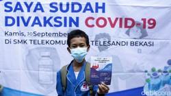 Ratusan siswa SMK di Bekasi mengikuti kegiatan vaksinasi COVID-19. Program vaksinasi massal gencar dilakukan demi mengejar herd immunity.