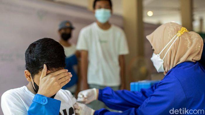 Ratusan siswa SMK di Bekasi mengikuti kegiatan vaksinasi COVID-19. Program vaksinasi massal gencar dilakukan demi mencapai herd immunity.
