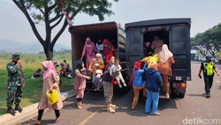 Ribuan orang berbondong-bondong mengikuti vaksinasi COVID-19 di Kabupaten Bandung Barat (KBB). Sebagian dari mereka bahkan datang dengan menggunakan truk.