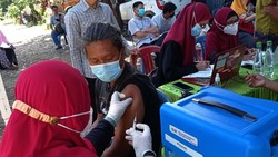 Vaksinasi COVID-19 digelar untuk warga di RW. 09 Kel. Sudiang Raya Kec. Biringkanaya Kota Makassar. Vaksinasi ini disambut antusias warga.