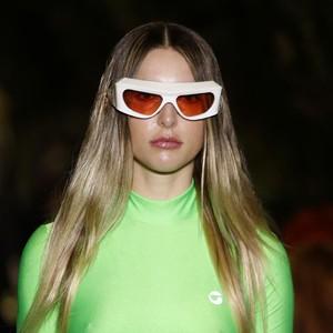 Lihat Aksi Perdana Putri Steve Jobs Berlenggang di Paris Fashion Week