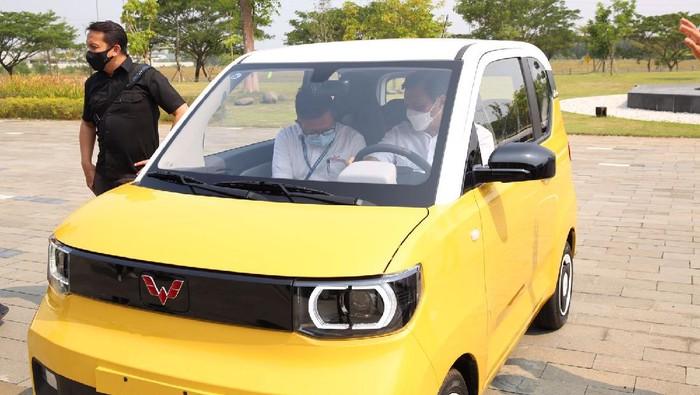 Gaya Luhut Jajal Mobil Listrik Kuning di Pabrik Karawang