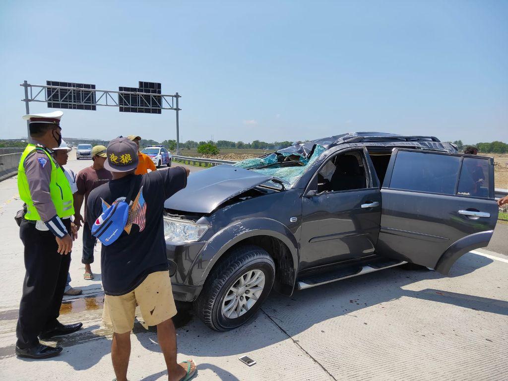Kecelakaan tunggal terjadi di Tol Nganjuk. Sebuah SUV pecah ban lalu menabrak pembatas jalan hingga ringsek.