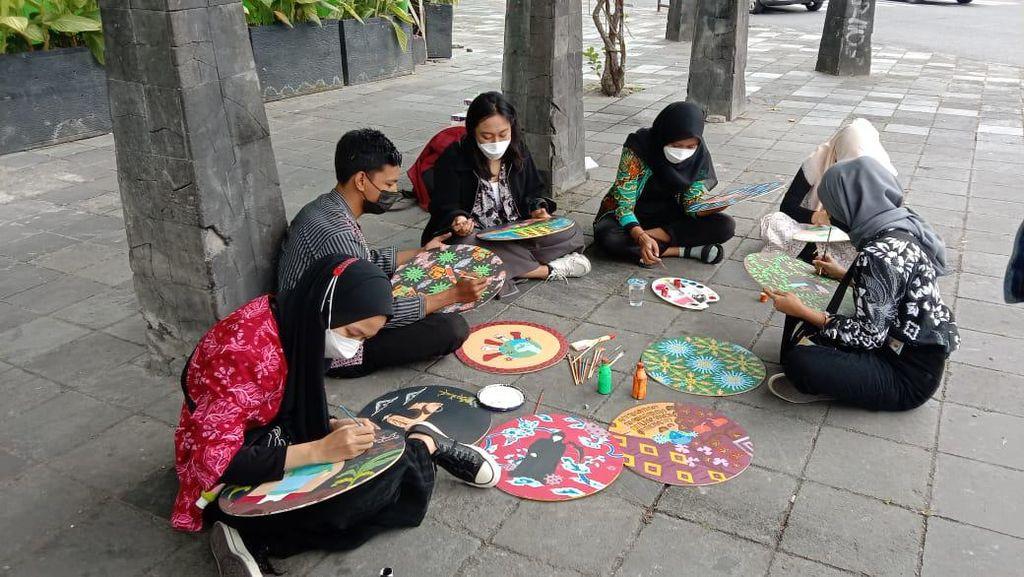 Sambut Hari Batik Nasional, Mahasiswa ISI Solo Membatik Corona