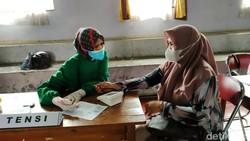 Pemkab Ciamis mendapat kiriman 33 ribu vaksin dari pemerintah pusat. Kini Ciamis gencar melakukan vaksinasi kepada warga hingga ke desa-desa.