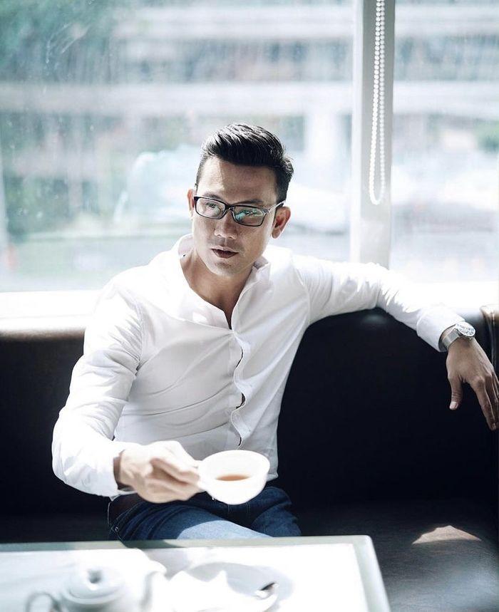 10 Gaya Keren Denny Sumargo saat Nongkrong di Kafe