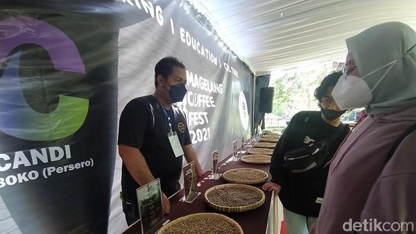 1 Juta kopi gratis itu dibagikan untuk para pengunjung Candi Borobudur. Kopi yang disajikan ternyata bisa dinikmati oleh semua orang, sekalipun mereka tidak terlalu suka dengan kopi. (Eko Susanto/detikTravel)