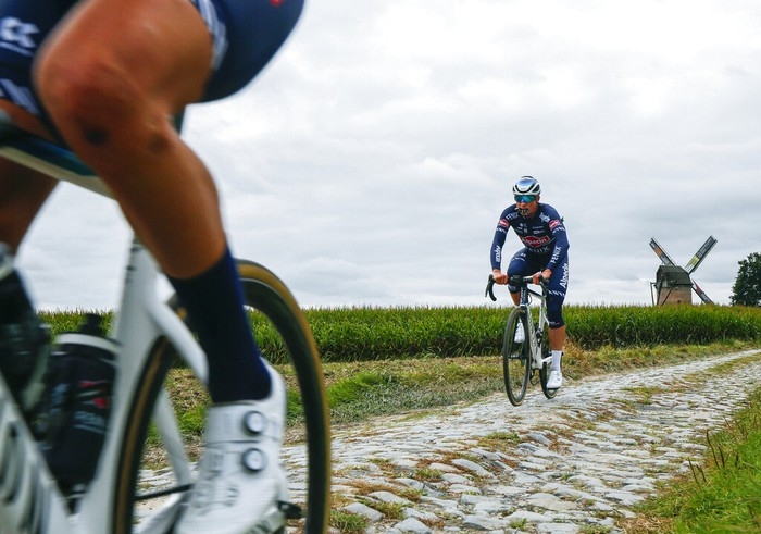 Balapan klasik Paris-Roubaix dikenal dengan jalur berbatu yang tidak ramah pesepeda. Ia dijuluki  Hell of the North. Seperti apa sih wujudnya?