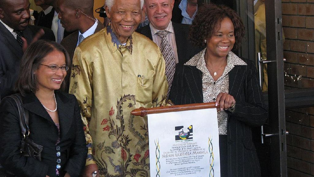 Kisah Presiden Soeharto Beri Batik ke Nelson Mandela dan Jadi Ikonik