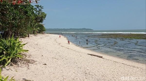 Pantai Karapyak di Kecamatan Kalipucang, Pangandaranyang indah ini terletak sebelum kita sampai di Pangandaran.Pemerintah Kabupaten Pangandaran memberlakukan buka tutup akses menuju Pantai Barat setiap Minggu pagi atau ketika jumlah wisatawan dianggap sudah padat.