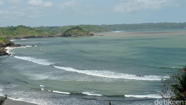 Yang unik dari Pantai Karapyak ini adalah gradasi warna air laut yang sering terjadi di waktu-waktu tertentu. Air permukaan laut terlihat memiliki warna yang berbeda, antara biru dan coklat, dari kejauhan gradasi warna ini membuat laut seperti memiliki corak belang-belang.